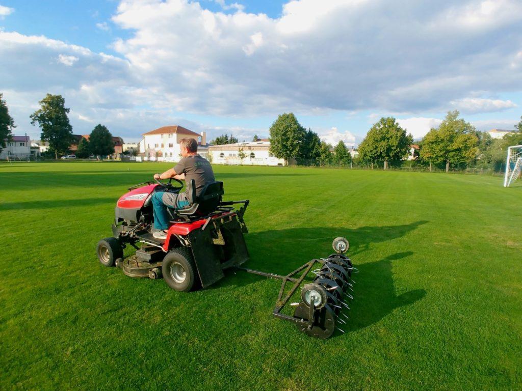 Údržba zeleně - trávníku fotbalového hřiště firmou Greenvia
