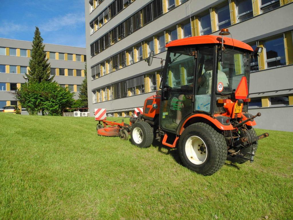 Údržba trávníku profesionálním zahradním traktorem