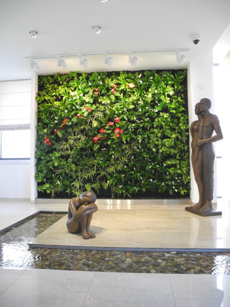 Příklad realizace vertikální zelené stěny v budově s uměním