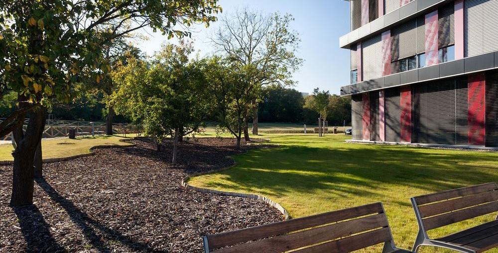 Realizace zahrad kolem obchodních parků jsou specialitou Greenvie
