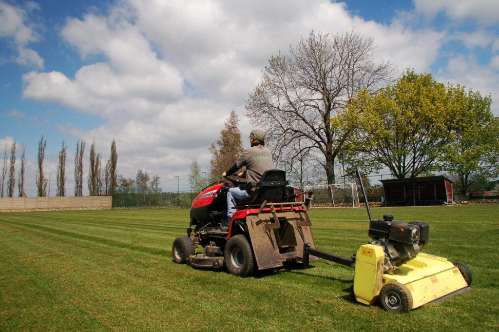 Údržba zeleně - travnaté plochy speciální technikou